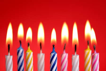 torta con candeline: Compleanno candele illuminate sul rosso