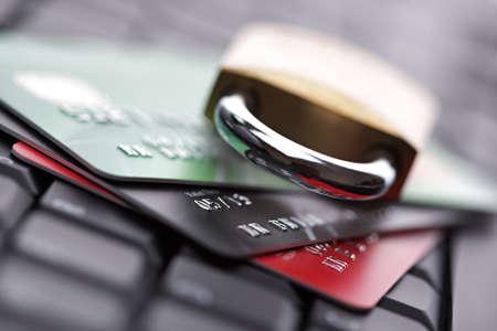 tarjeta de credito: Concepto de seguridad de Internet Computer tarjeta de cr�dito con candado Foto de archivo