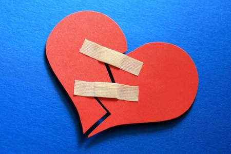 corazon roto: Corazón roto fija con una venda adhesiva Foto de archivo