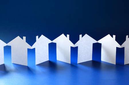 Papier keten buurt, rij uitgesneden huizen