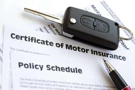 Zertifikat der Kfz-Versicherung und Versicherungsplan mit Autoschlüssel
