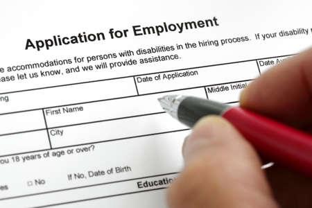 entrevista de trabajo: Completar un formulario de solicitud de empleo con especial atención en las partidas Foto de archivo