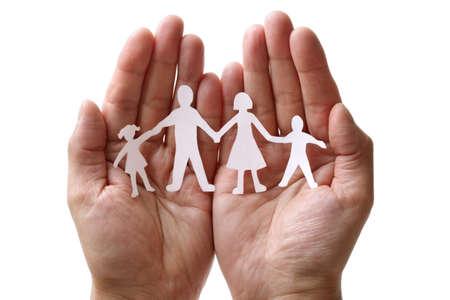 familias unidas: Recorte el papel de la cadena de la familia con la protección de las manos ahuecadas, el concepto de la seguridad y el cuidado