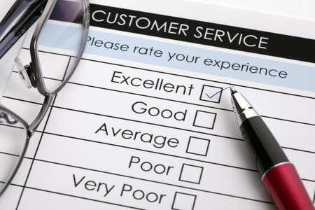 control de calidad: Garrapatas coloca en una excelente casilla en el formulario de servicio al cliente encuesta de satisfacción Foto de archivo