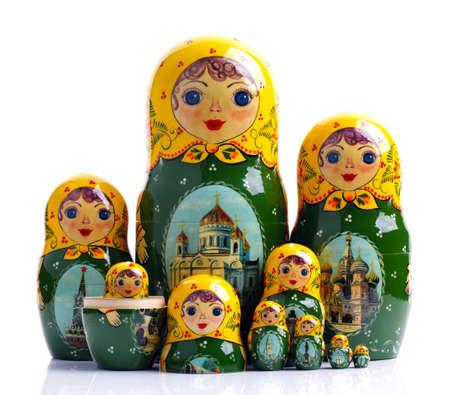 muñecas rusas: Familia de muñecas rusas anidadas aislados en blanco Foto de archivo