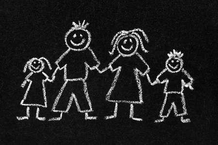 Dibujo de tiza de los niños en una pizarra de una familia feliz con mamá, papá, hijo e hija