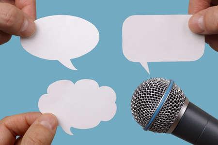 microfono radio: Conferencia, entrevista o el concepto de medios de comunicaci�n social con el micr�fono y globos de texto en blanco