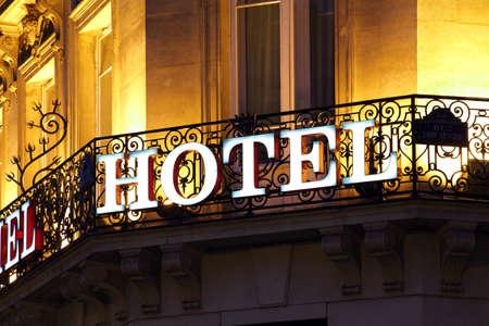 Signe de l'hôtel illuminé prise au crépuscule Banque d'images