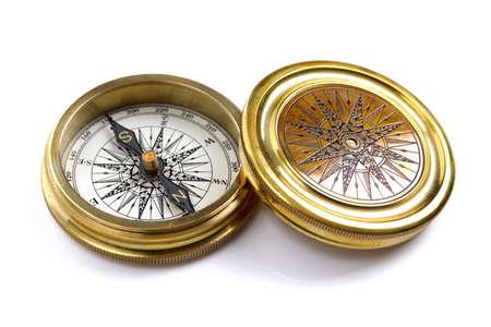 ソフト シャドウで白い背景に分離されたアンティークの黄金の羅針盤