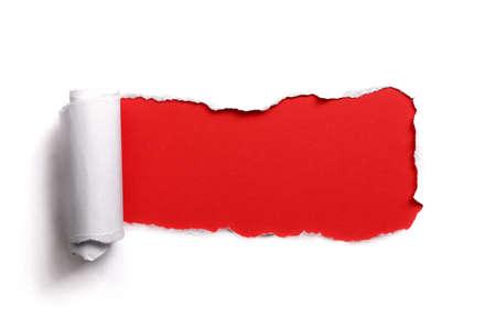 Papier déchiré sur un fond blanc rouge pour le message