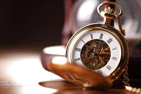 Relógio de bolso vintage e hora de vidro ou relógio de areia, símbolos de tempo com espaço de cópia Foto de archivo