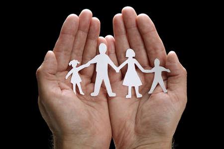 Découpe famille de chaînes de papier avec la protection des mains en coupe Banque d'images - 25718307