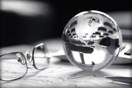 株価チャート、電卓、眼鏡のガラス グローブのトーンのイメージ 写真素材
