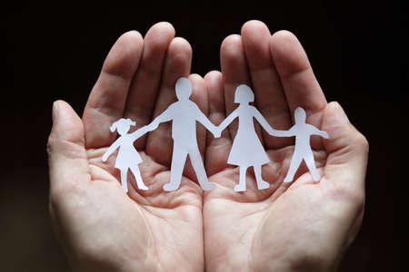 familia: Recorte familia de cadena de papel con la protección de las manos ahuecadas
