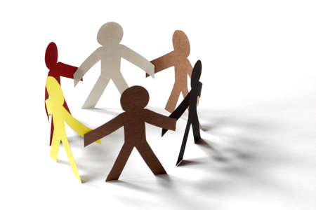 multiracial group: La gente del recorte de cadena de papel - concepto de grupo multirracial o equipo