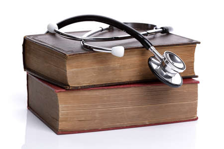 ethic: Stetoscopio sul vecchio concetto di libri con copertina rigida per la ricerca medica o etica Archivio Fotografico