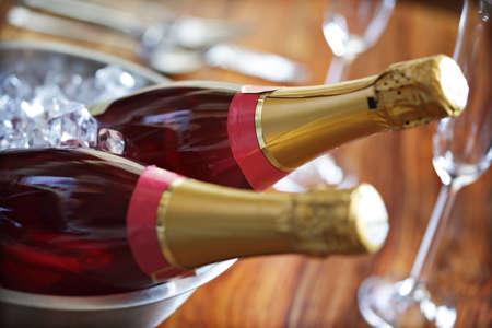 ice crushed: Gekoelde roze champagne klaar voor een feest Stockfoto