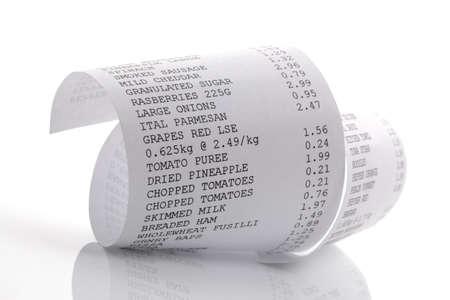 factura: Grocery lista de la compra en una hasta que la impresi�n rollo Foto de archivo