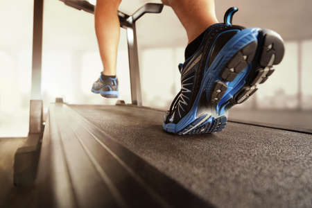 corriendo: Hombre que se ejecuta en un gimnasio en un concepto caminadora para hacer ejercicio, fitness y estilo de vida saludable