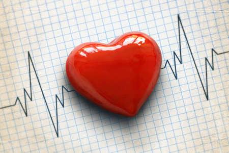 enfermedades del corazon: Cardiograma el rastro del pulso y el concepto de corazón para examen médico cardiovascular Foto de archivo