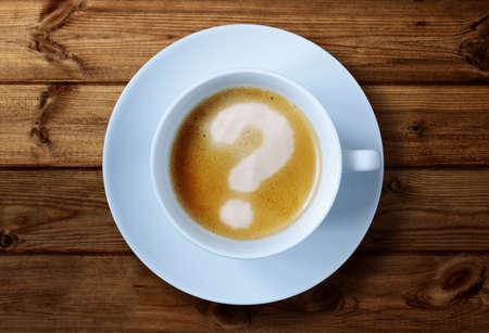 punto di domanda: Tazza di caffè con il punto interrogativo nel concetto schiuma per i problemi, incertezze e domande