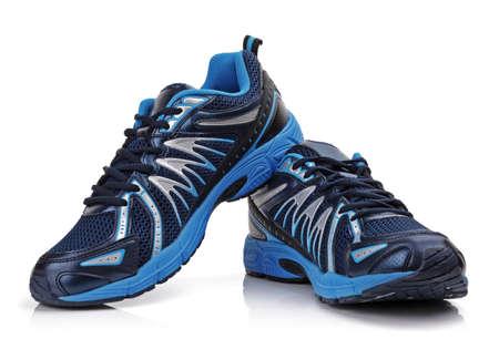 Nieuwe merkloze hardloopschoen, sneaker of trainer op wit wordt geïsoleerd