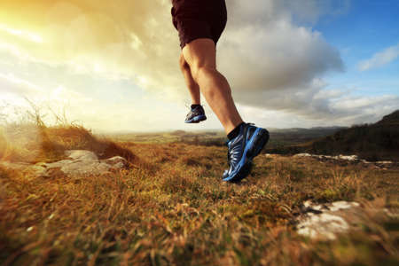運動、フィットネス、健康的なライフ スタイルのための早い日の出概念で実行されている屋外のクロスカントリー