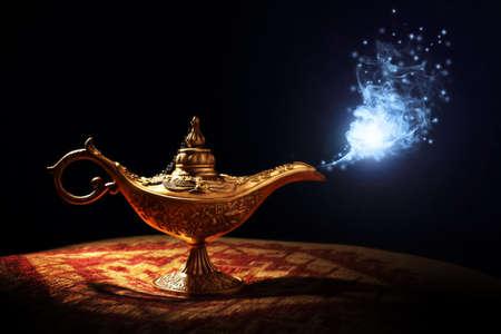 Lámpara mágica de la historia de Aladdin con Genie que aparece en azul Concepto de humo para desear, la suerte y la magia