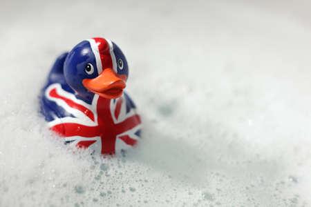 pato de hule: British pato de goma de la bandera en el baño ... Britannia gobierna el concepto de las ondas Foto de archivo