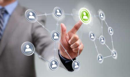 Homme d'affaires en appuyant sur l'icône Ajouter un ami sur le concept d'écran tactile visuel pour les médias sociaux, le réseau, la communauté et le marketing Internet