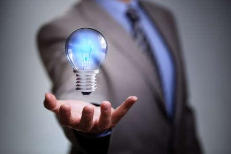 아이디어, 혁신과 영감을 조명 전구 개념 사업가