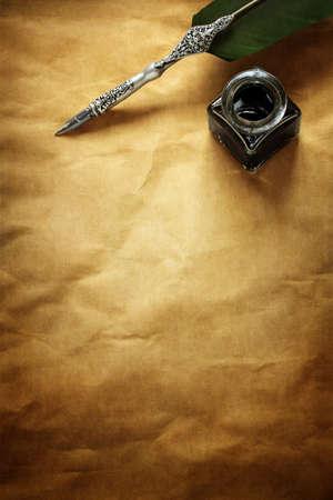 羽根ペンとインク コピー メッセージ用の領域を空白の羊皮紙紙で休んでも 写真素材