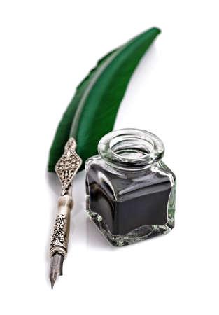 pluma de escribir antigua: Pluma y tinta bien aislados en fondo blanco