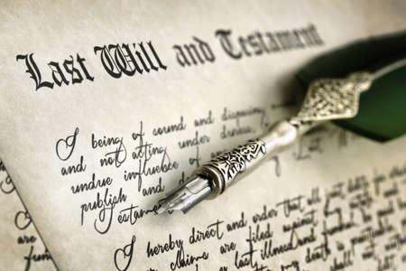 羽ペンと手書きの最後の意志および遺言のドキュメント 写真素材