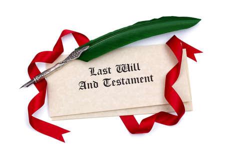 Últimos papéis e testamento e caneta de pena isolados no branco