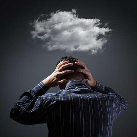 Stress, depressie en wanhoop - sombere onweerswolk boven mans hoofd