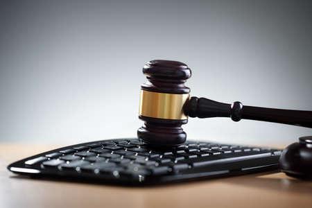 オンライン インター ネット オークションや法的支援のためのコンピューターのキーボード概念に小槌