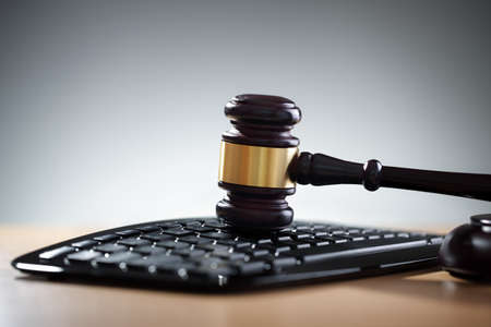 Gavel on computer keyboard concept for online internet auction or legal assistance Foto de archivo