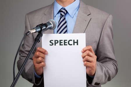 Interview oder eine Rede mit Mikrofon Konzept für Sprache, Kommunikation oder Präsentation