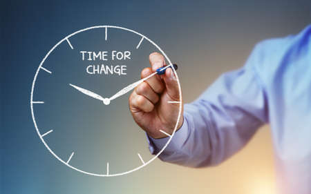 growth: Empresario dibujar un reloj en la pizarra con el tiempo para el cambio concepto para la planificaci�n, la mejora y el progreso mano