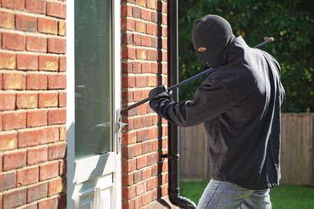 도난은 지렛대로 문을 통해 집에 침입 스톡 콘텐츠 - 32147959