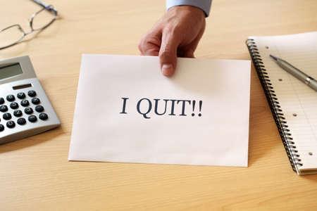 Ontslagbrief op het bureau van de baas te worden geplaatst
