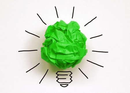 영감 환경 개념은 좋은 생각과 환경 보전을위한 녹색 종이 전구 은유 구겨진