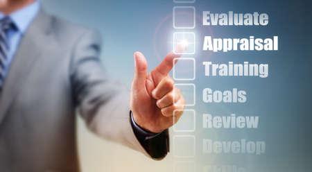 competencias laborales: Hombre de negocios que la selecci�n de opciones de superaci�n personal para evaluaci�n, los objetivos y la formaci�n