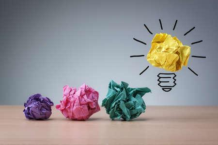 lluvia de ideas: Concepto de inspiraci�n met�fora arrugado bombilla de papel para una buena idea Foto de archivo