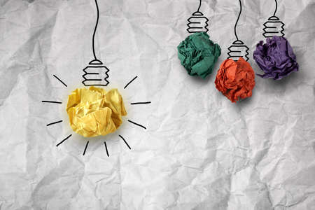 pensando: Concepto de inspiraci�n met�fora arrugado bombilla de papel para una buena idea Foto de archivo