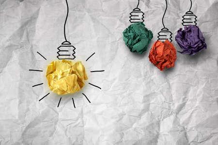 Inspiration Konzept zerknittertes Papier Glühbirne Metapher für gute Idee