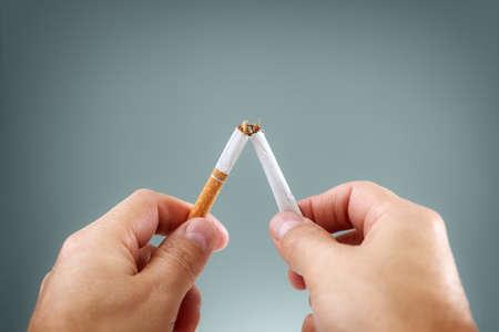 Die eine Zigarette bricht entzwei Konzept für das Rauchen und gesunde Lebensweise