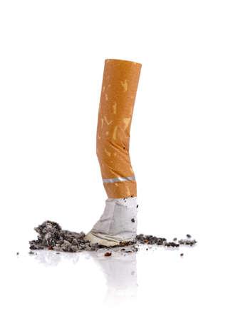 prohibido fumar: Colilla de cigarrillo extinguido aislado en fondo blanco Foto de archivo