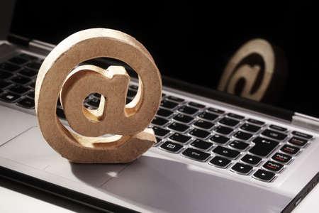 correo electronico: E-mail @ s�mbolo en un concepto de teclado del ordenador port�til para el correo electr�nico, la comunicaci�n o contacto con nosotros